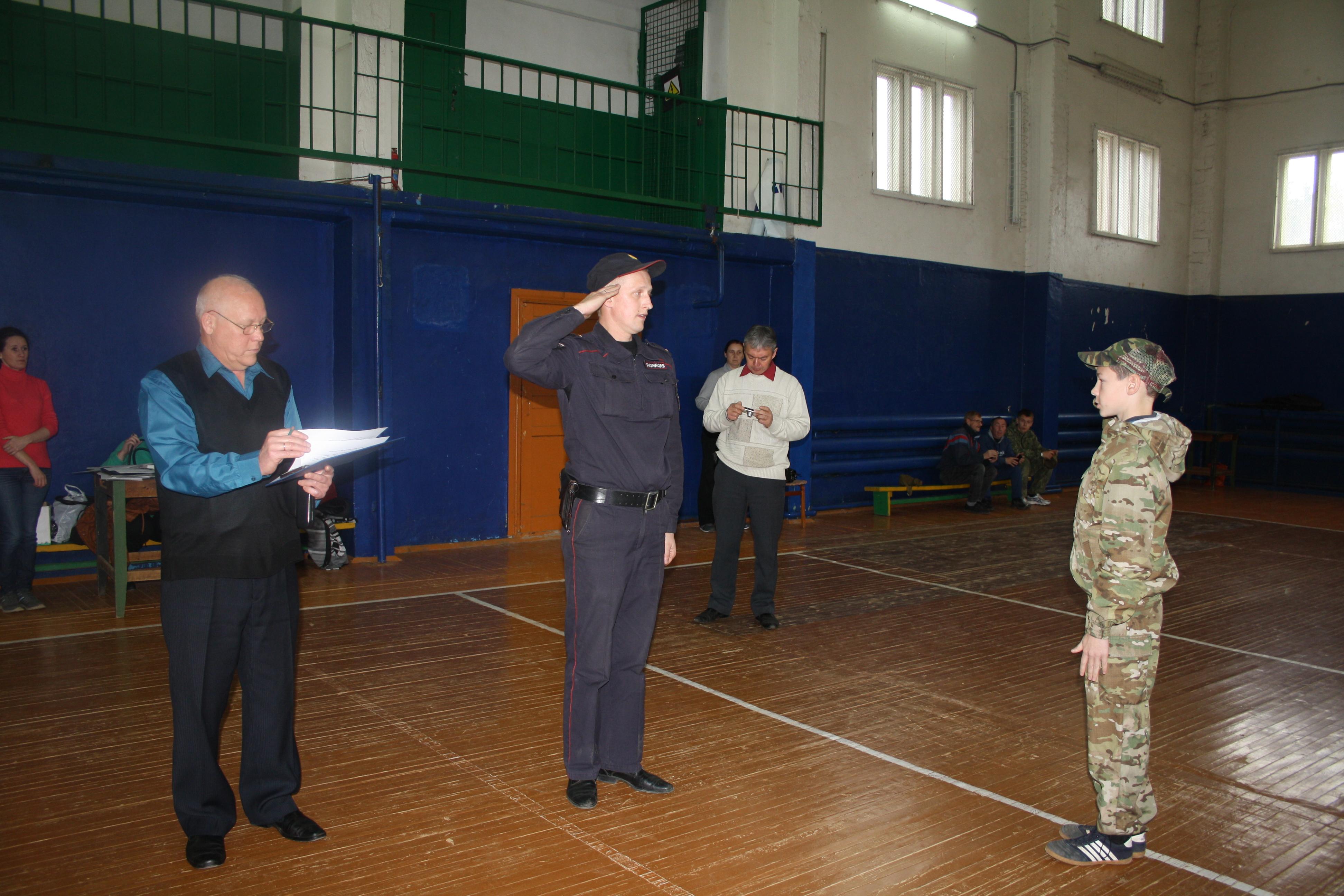 Сотрудник пункта полиции Алексей Смирнов принимает рапорт капитана одной из команд
